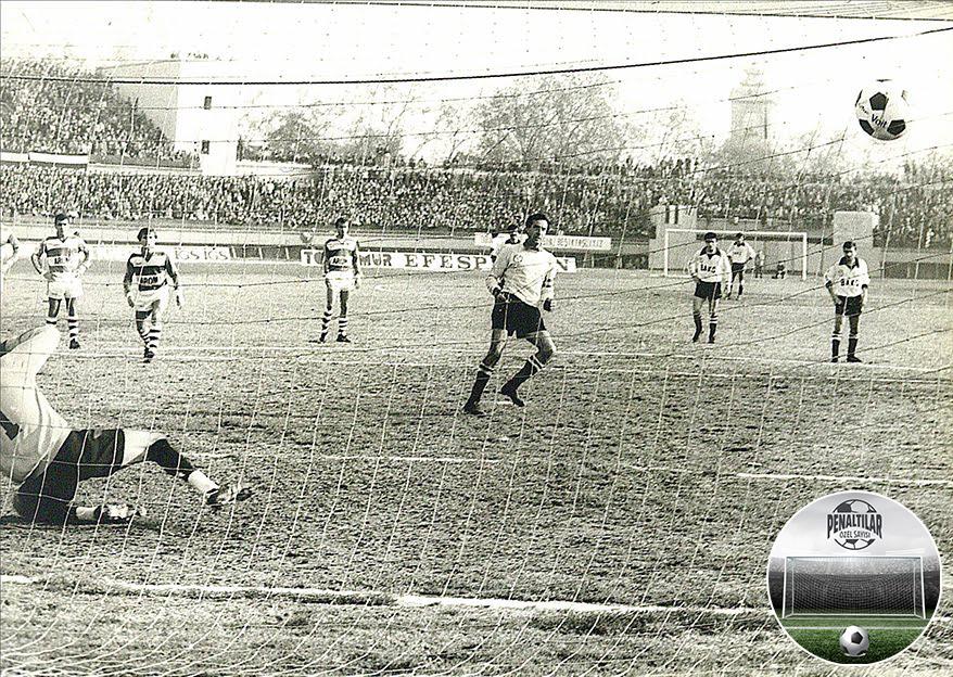 1982-83 sezonunda oynanan Beşiktaş-Bursaspor (3-1) maçında Rasim Kara penaltıdan ilk golü atıyor